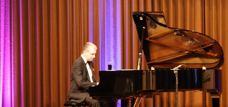 Ramon Chormann glänzte auch mit musikalischen Beiträgen. (Foto: Michael Frey)