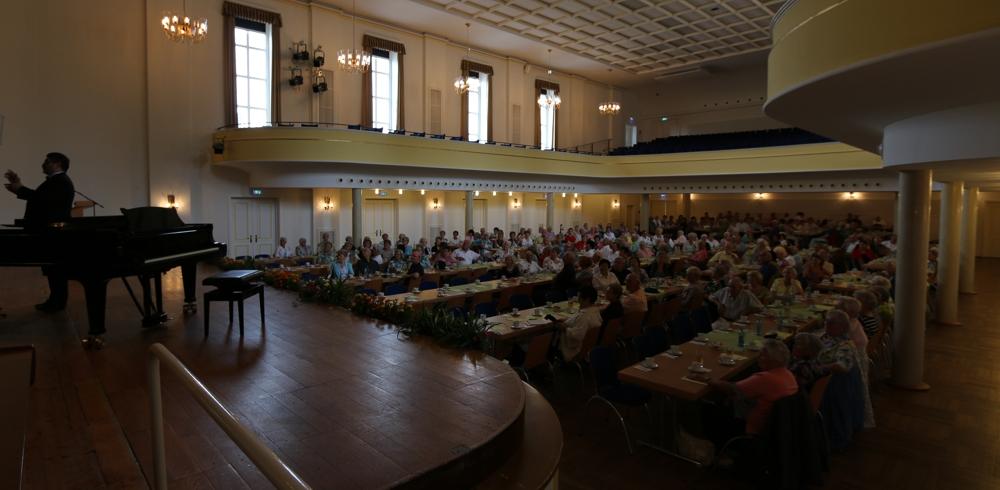 """250 Zuschauer in der Festhalle bei """"Musik am Sonntagnachmittag"""" 2014."""